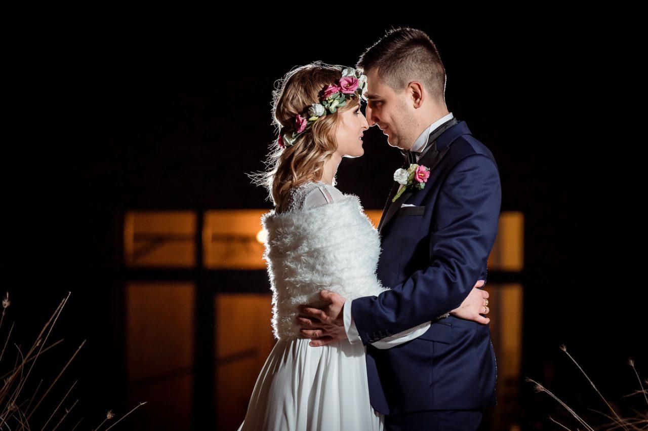 Ważne dla nas chwile w życiu staramy się utrwalać i dokumentować - najczęściej poprzez fotografię. Ślub zaś jest nie tylko wydarzeniem ważnym w życiu dwojga osób - ba, najczęściej całych rodzin - ale przede wszystkim wydarzeniem wyjątkowym i szczęśliwym. Jakże byłoby żal, gdyby ten nadzwyczajny czas nie został utrwalony dla nowożeńców, ich rodzin i potomnych.       Jak wykonać zdjęcia ślubne?       Aby wykonać nie tylko pamiątkowe, ale ciekawe i nieszablonowe fotografie ślubne nieodzowny jest fotograf ślubny. Oczywiście każdy z nas potrafi robić zdjęcia, a przynajmniej tak uważa. Być może wielu z gości nowożeńców podjęłoby się tego odpowiedzialnego zadania. Czy wypada jednak prosić gości, aby pracowali na naszym weselu? Poza tym - zdjęcie zdjęciu nierówne. Ustawienie osób, dobór oświetlenia, współgranie cieni i świateł oraz kilka jeszcze innych istotnych dla ostatecznego rezultatu parametrów - to sprawy niebanalne i wcale niełatwe do zaaranżowania. Dlatego doświadczenie i profesjonalizm są tutaj tak samo ważne jak w wielu innych dziedzinach. Postawmy więc równanie: fotografia ślubna = fotograf ślubny.       Gdzie wykonać zdjęcia ślubne?       Ważne chwile z samych uroczystości zaślubin coraz częściej rozszerza, a czasami nawet zastępuje, plener ślubny. Zaś plener ślubny nad morzem to marzenie wielu nowożeńców - nie tylko zamieszkałych w miejscowościach nadmorskich, ale również tych, którzy po prostu kochają morze i ten niepowtarzalny urok plaż, morskich fal, mola... Rafał Kowalski Fotograf Ślubny Gdańsk - to ktoś, kogo poszukują zakochani nie tylko w sobie nawzajem, lecz również w nadmorskich pejzażach. Jakże cudnym dopełnieniem Waszych wspaniałych chwil może być gdańska starówka, oliwski park, nastrojowe morenowe wzgórza. Fotograf ślubny Sopot pomoże utrwalić Wasze piękne chwile na słynnym molo, pośród zieleni zdrojowego parku - wszędzie tam, gdzie zaprowadzą nowożeńców marzenia, a może wspomnienia. A potem, dla dopełnienia tego wszystkiego, będzie potrzebny fotogr